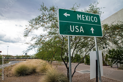 Obraz Traffic sign at the US-Mexican border - fototapety do salonu