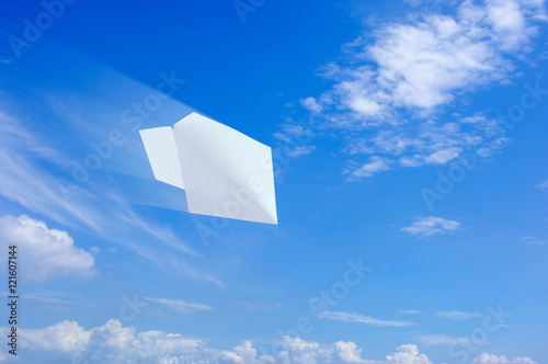 Fototapeta 紙飛行機と青空  obraz na płótnie