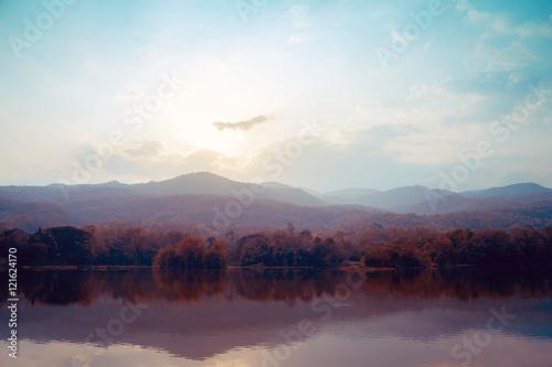 Krajobraz gór nad jeziorem jesienią - style vintage.