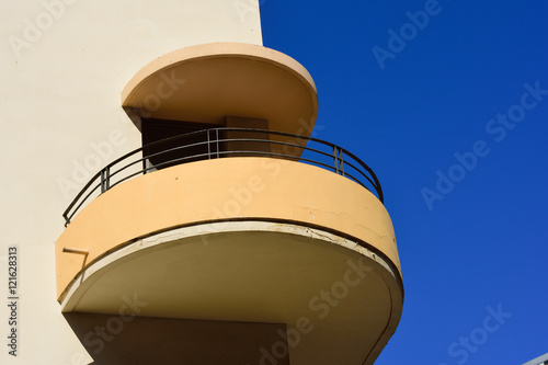 Photo  Balcony of a building built in bauhaus  style in Tel Aviv