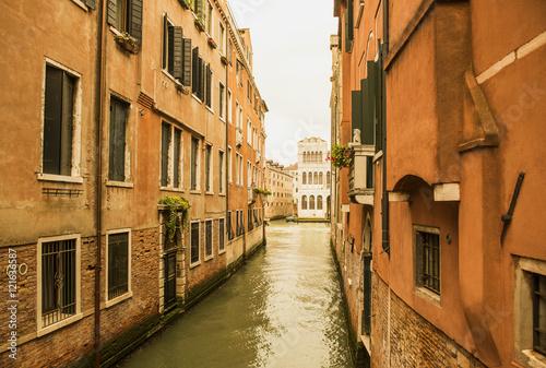 Foto op Plexiglas Kanaal канал в венеции. узкая улица старые дома канал.