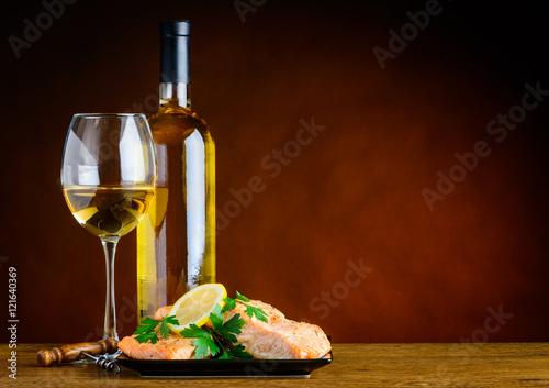 biale-wino-i-gotowane-ryby-na-stole-w-restauracji