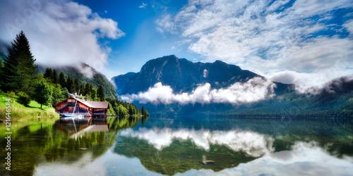 altausseer-see-austriackie-jezioro-w-piekny-dzien