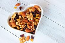 Nüsse Mit Getrockneten Früchten In Herzförmiger Schale, Studentenfutter