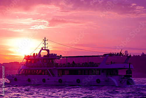 In de dag Candy roze Ship on the Bosphorus in Istanbul, Turkey.