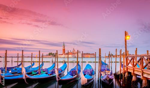 Montage in der Fensternische Rosa Lovey Gondolas in Venice at sunrise