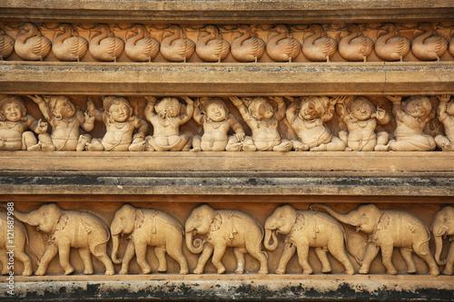 Montage in der Fensternische Tempel Facade Kelaniya Temple Colombo Sri Lanka