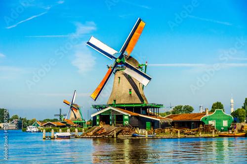 Fotografía  Fully operational historic Dutch Windmills along the Zaan River at the village o
