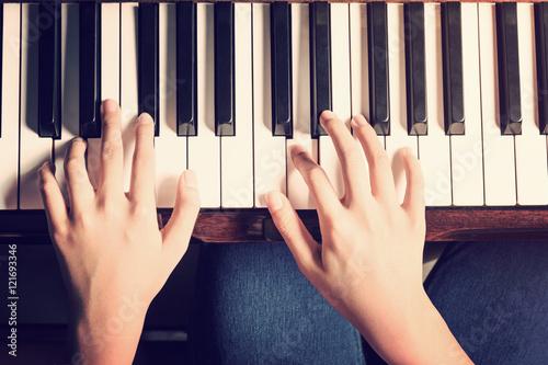 Kobiece ręce gry na pianinie z rocznika wygląd