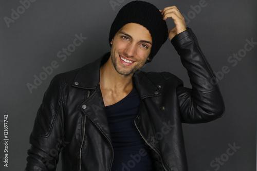 Fotografie, Obraz  Bel homme à la mode portant un bonnet