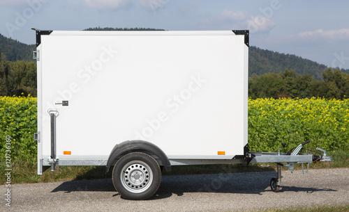 Photo Auto oder Pkw Anhänger mit Anhängekupplung als Kastenanhänger zum Transportieren