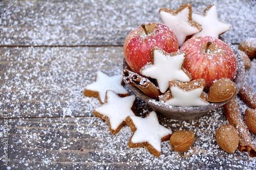 Weihnachtsgebäck Zimtsterne.Zimtsterne Und äpfel Grußkarte Weihnachtsgebäck Buy This Stock
