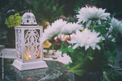 Photo sur Toile Cimetiere Lampion and flowers.
