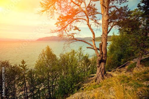 halny-jezioro-w-jesieni-przy-zmierzchem-norwegia