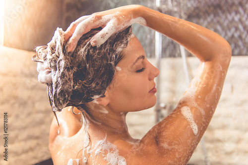 Poster Akt Beautiful woman taking shower