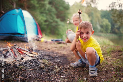 Photo sur Aluminium Camping happy children hiking in the forest