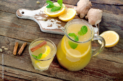 Staande foto Thee Natural lemonade with fresh lemon