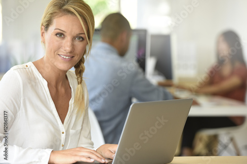 Fototapety, obrazy: Blond businesswoman working in office
