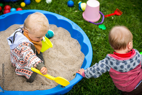Fotografie, Obraz  Freunde spielen im Sandkasten