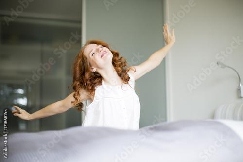 Obraz Frau beim aufwachen  - fototapety do salonu