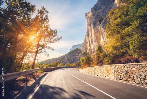 droga-asfaltowa-kolorowy-krajobraz-z-piekna-gorska-droga-z-doskonalym-asfaltem-wysokie-skaly-drzewa-niebieskie-niebo-przy-wschodem-slonca-w-lecie-vintage-tonowanie-tlo-podrozy-autostrada-w-gorach