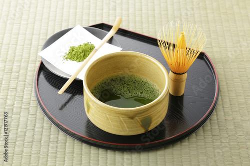 japonska-zielona-herbata-maccha-w-tradycyjnych-naczyniach