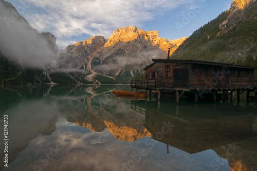 Plakat Ranku światło na Lago Di Braies, dolomity, Włochy