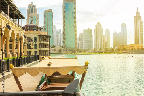Photo  Wooden boat used by tourists to see the show of the Dubai Fountain, docked near the Souk Al Bahar in the Burj Khalifa Lake