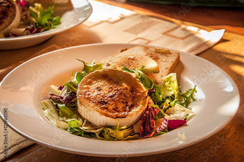 Valokuva  Czech Specialities: Grilled goat cheese with honey and chopped salad