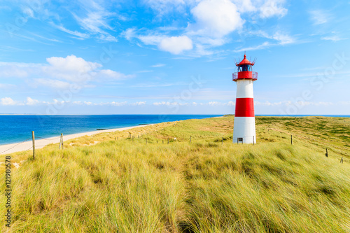 Foto-Kissen - Ellenbogen lighthouse on sand dune against blue sky with white clouds on northern coast of Sylt island, Germany (von pkazmierczak)