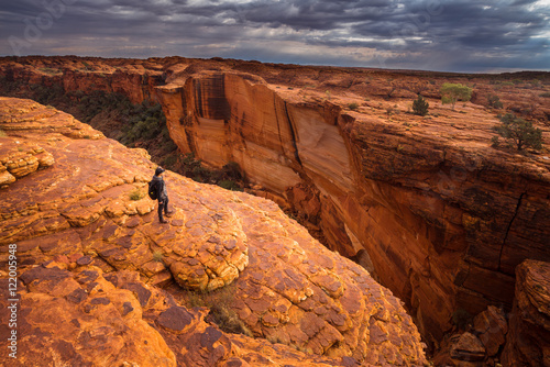 In de dag Canyon A man travel in Kings canyon of Northern territory of Australia.