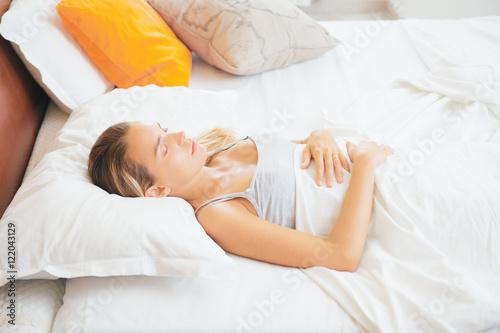 Fototapeta Donna dorme a letto o risveglio al mattino