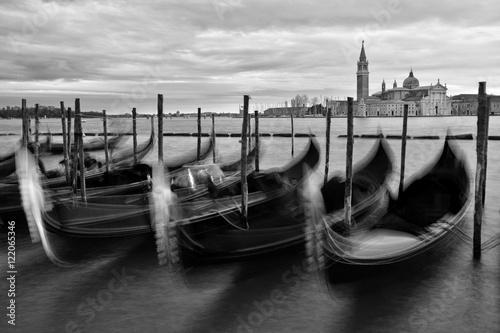 Fototapeta Venezianische Gondeln - monochrom obraz na płótnie
