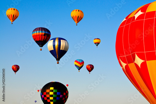 Poster Montgolfière / Dirigeable Colorful hot air balloons flying in sky