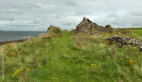 Photo sur Aluminium Ruine ruin of a house at the irish coast