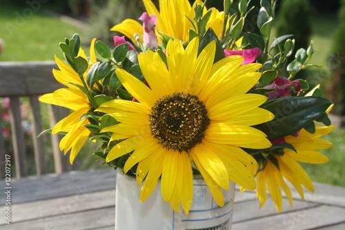 Vase Blumen Sonnenblumen Tisch Draussen Herbst Buy This Stock