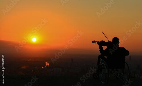 Valokuva  Gün Doğumunu İzleyen Adam Engelli