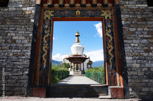 In de dag Monument The National Memorial Chorten through the entrance gate
