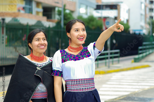 Photo Beautiful hispanic mother and daughter wearing traditional andean clothing, wait