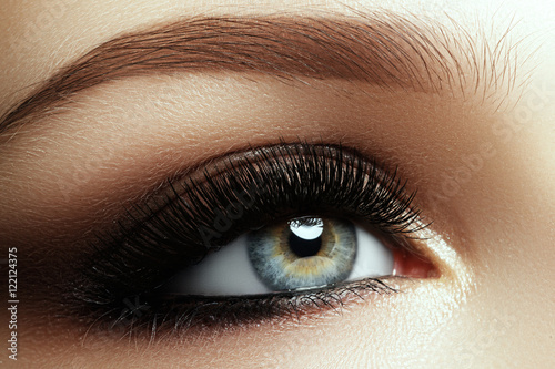 Fotografía  Beautiful macro shot of female eye with extreme long eyelashes and smoky makeup