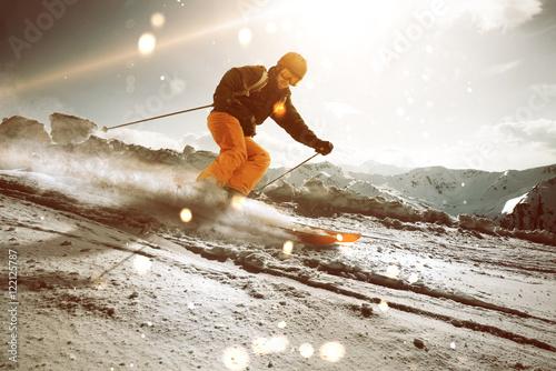 Poster Wintersporten Skifahrer im Sonnenuntergang