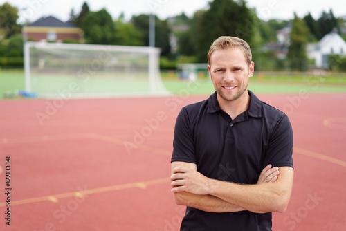 trainer auf dem sportplatz Poster Mural XXL