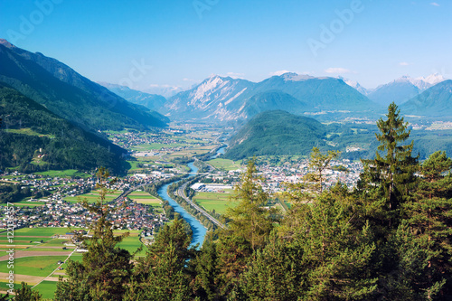 Fotografía Panoramic bird's eye view of the cities Rietz, Telfs, Pfaffenhofen and the river Inn in Tyrol, Austria (Europe)
