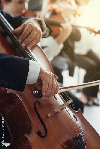 Plakat Ręce gracza wiolonczeli z bliska