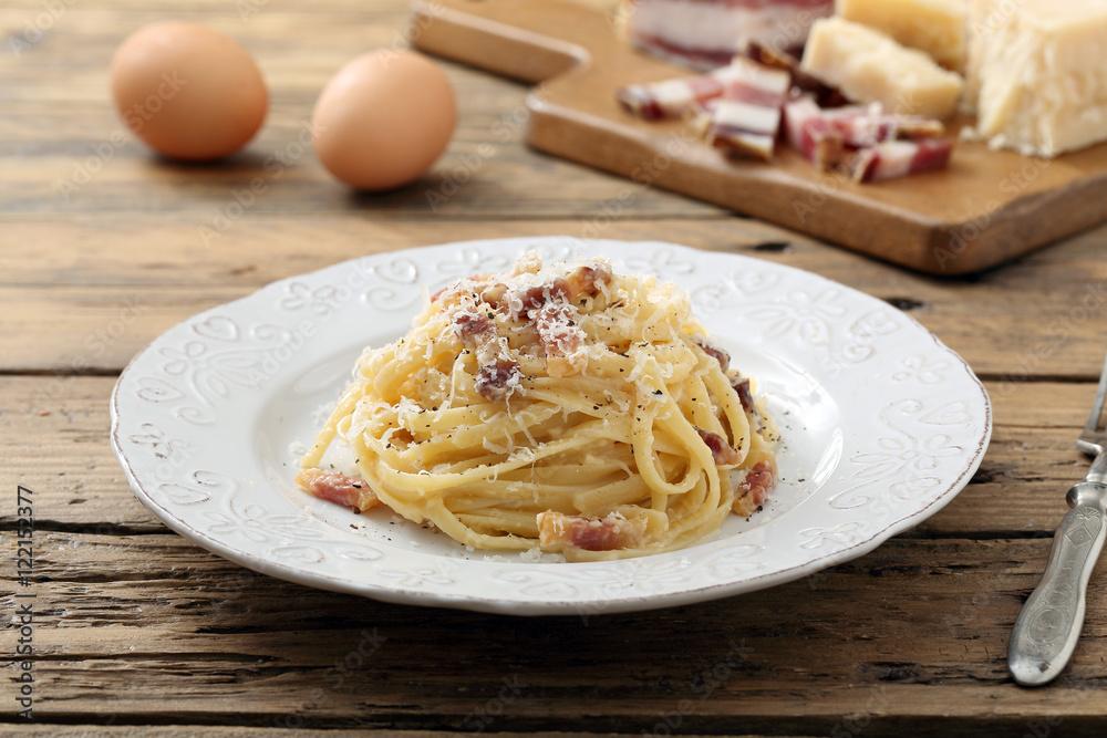 pasta carbonara con uova carne e formaggio sfondo tavolo di ...