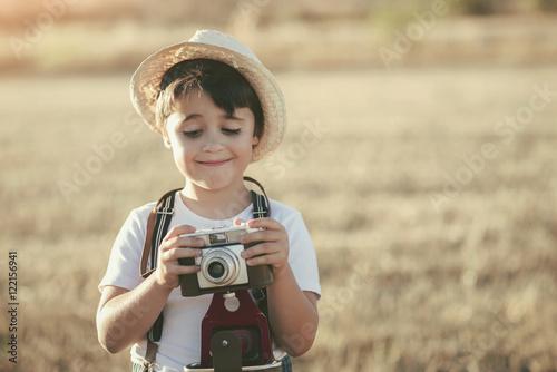 niño con cámara de fotos Poster