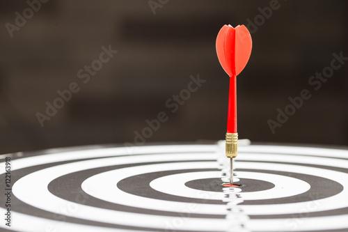 Fotografía  Target dart arrow hitting in the target center of dartboard
