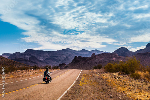 In de dag Route 66 Biker driving on the Highway on legendary Route 66 to Oatman, Arizona.