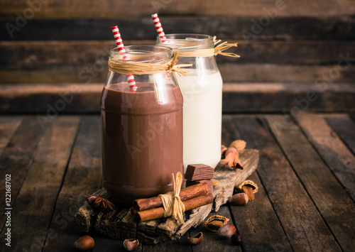 Spoed Foto op Canvas Milkshake Chocolate and vanilla milkshake in the glass jar