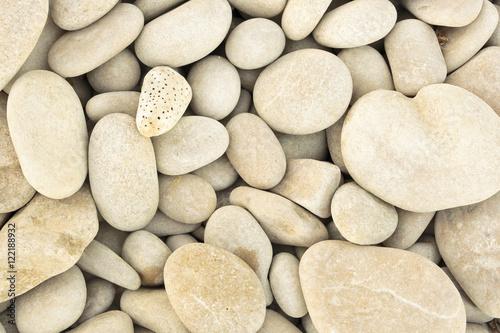 Fotografía  small pebbles piled next to a beach